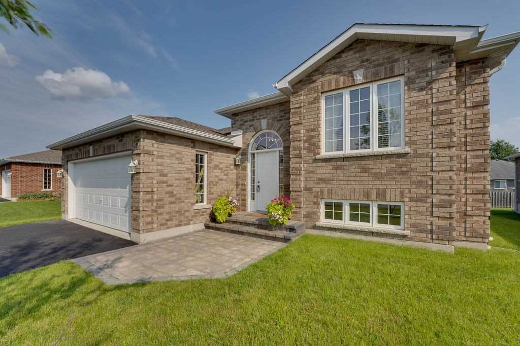 Detached house For Sale In Springwater - 7 Patchell Crt, Springwater, Ontario, Canada L0L 1P0 , 2 Bedrooms Bedrooms, ,1 BathroomBathrooms,Detached,For Sale,Patchell