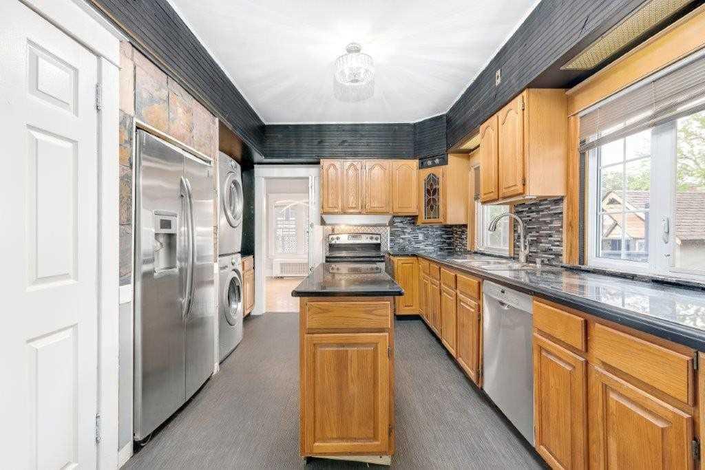 1217 Victoria Ave, Windsor, Ontario N8X 1N8, 4 Bedrooms Bedrooms, 8 Rooms Rooms,2 BathroomsBathrooms,Detached,For Sale,Victoria,X5336195