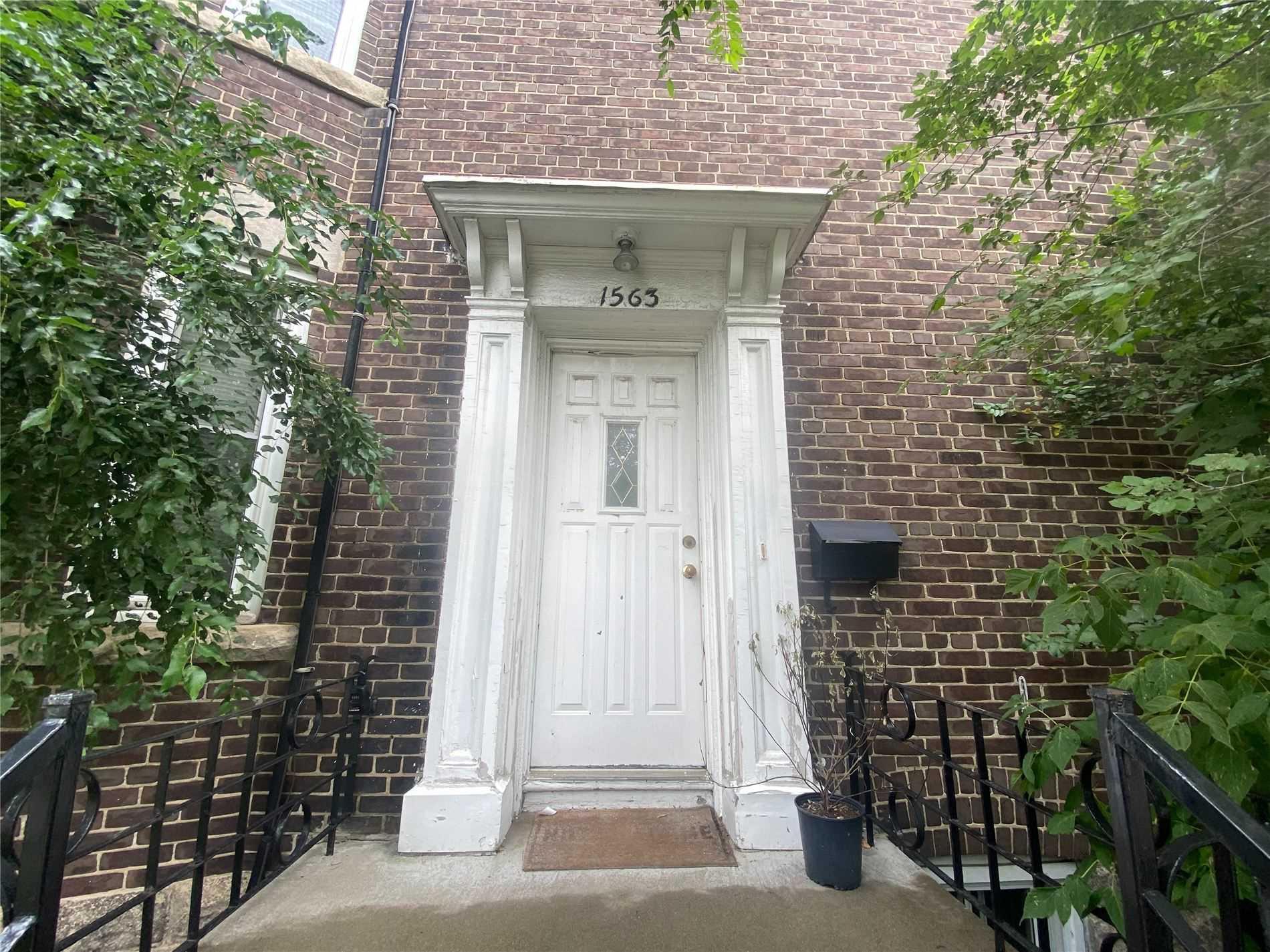 Triplex For Lease In Toronto , 3 Bedrooms Bedrooms, ,1 BathroomBathrooms,Triplex,For Lease,2nd Fl,Bathurst