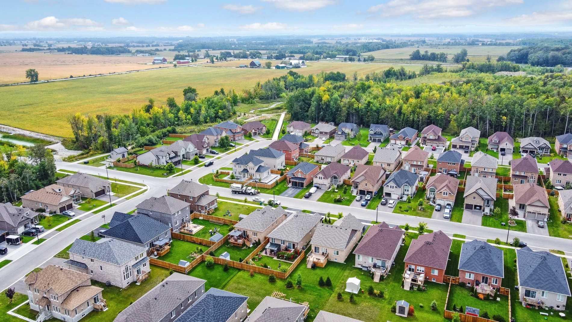 Detached house For Sale In Wasaga Beach - 33 Middleton Dr, Wasaga Beach, Ontario, Canada L9Z0G8 , 2 Bedrooms Bedrooms, ,3 BathroomsBathrooms,Detached,For Sale,Middleton