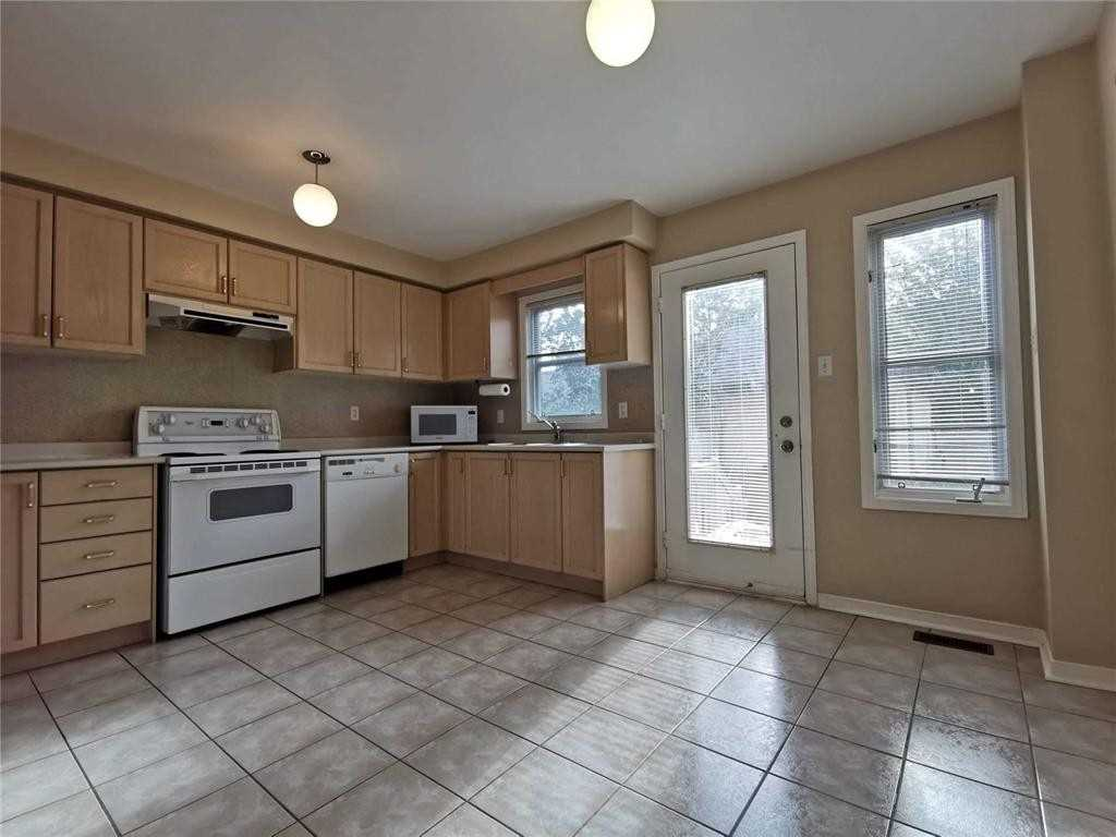 Att/row/twnhouse For Lease In Richmond Hill , 3 Bedrooms Bedrooms, ,1 BathroomBathrooms,Att/row/twnhouse,For Lease,Ellesmere