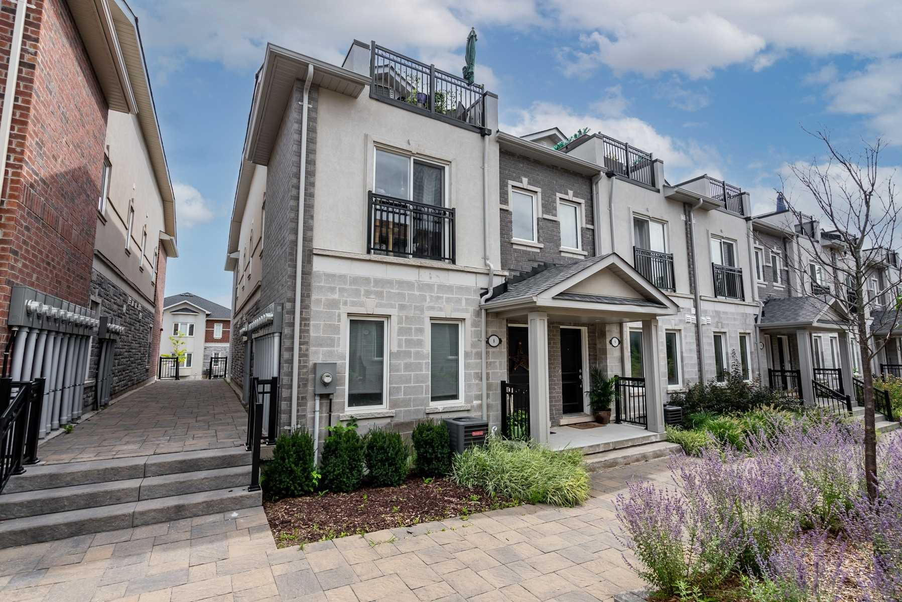 Att/row/twnhouse For Sale In Whitby