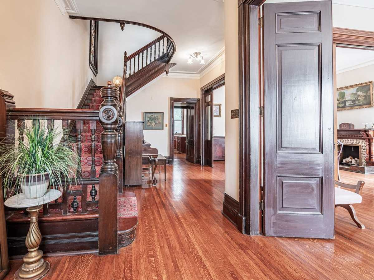 Detached house For Sale In Toronto