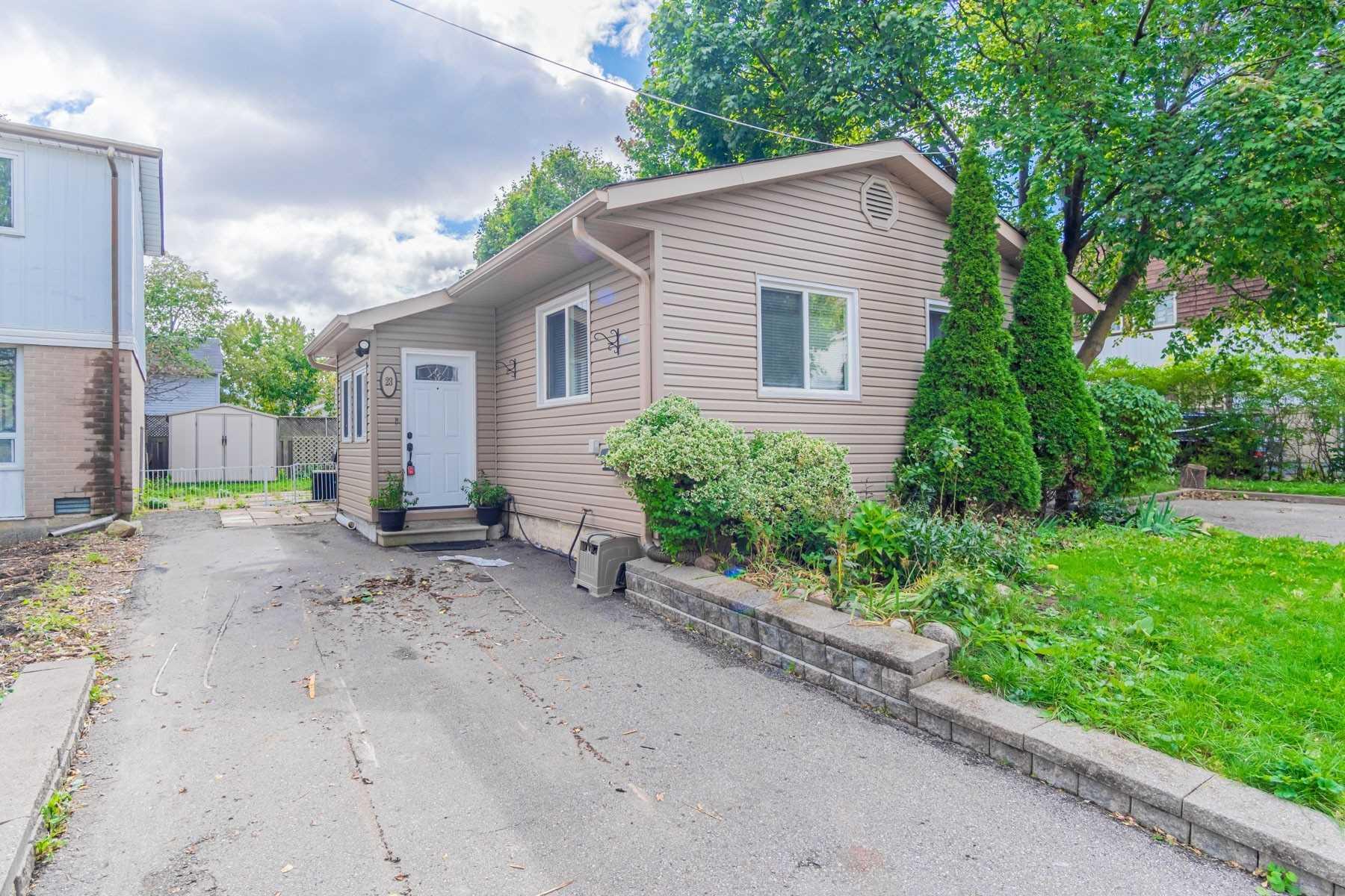 Detached house For Sale In Brampton - 23 Hazelglen Crt, Brampton, Ontario, Canada L6S1N7 , 2 Bedrooms Bedrooms, ,2 BathroomsBathrooms,Detached,For Sale,Hazelglen